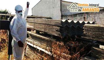 Operario de Gestión Integral de Amianto realizando una retirada de cubiertas con amianto